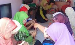 Aktivitas kelompok kerajinan rajut di Purworejo